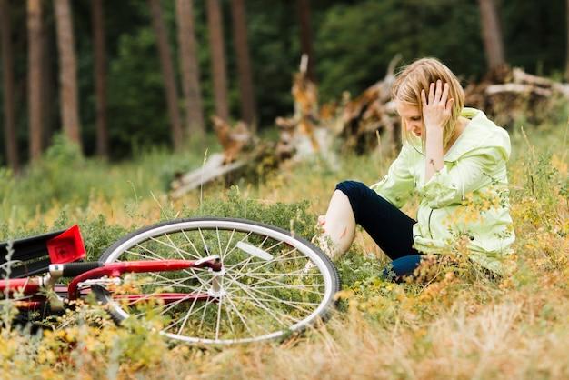 怪我で地面に座っている女性 無料写真