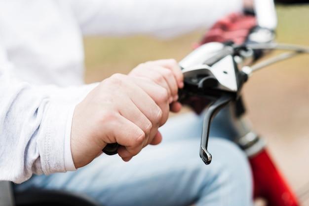 自転車ハンドルを保持父と娘を閉じる 無料写真