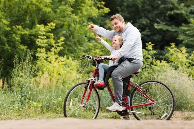 横に父と娘の自転車 無料写真