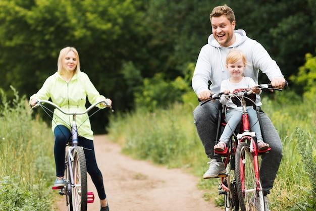 自転車で正面幸せな家族 無料写真