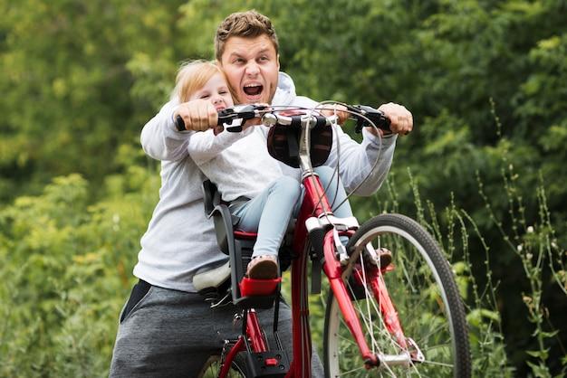 彼の娘を楽しませる正面父 無料写真