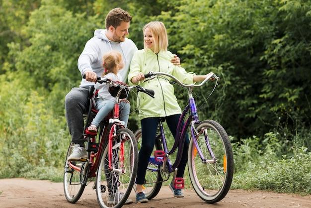 Счастливое семейное время с велосипедами Бесплатные Фотографии