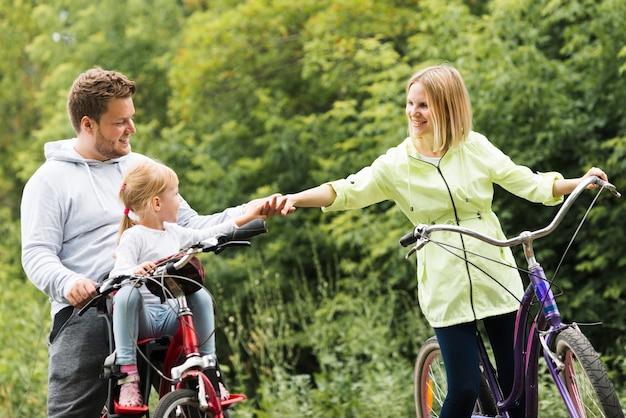 手を繋いでいる自転車の家族 無料写真