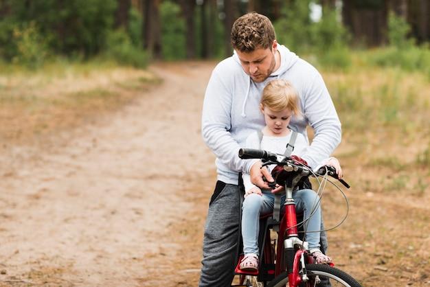 父と娘は自転車で 無料写真