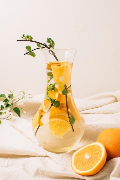 デカンタのオレンジジュース 無料写真