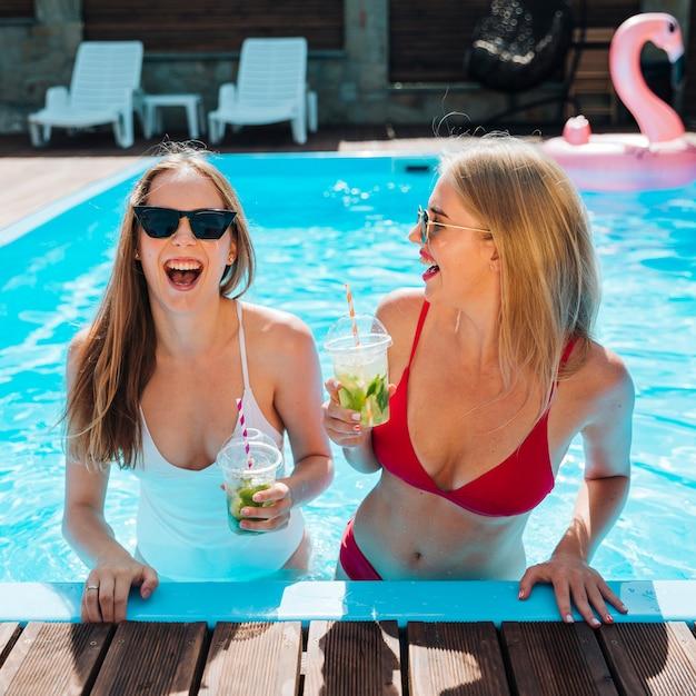 ミディアムショットの若い女性が笑って 無料写真