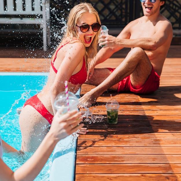 水で遊ぶ若者たち 無料写真