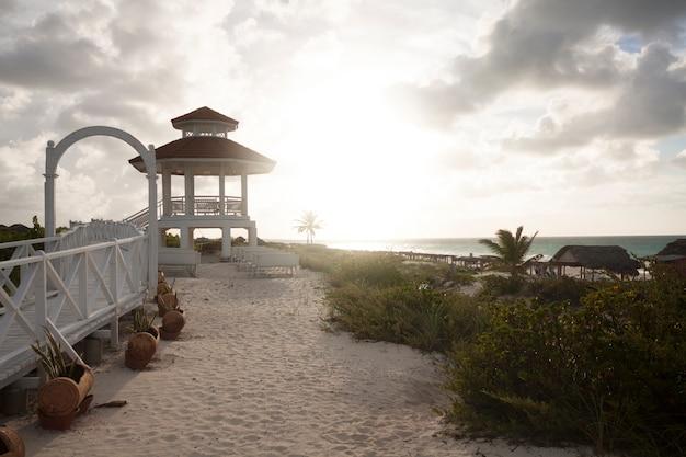 夕暮れ時のビーチの望楼 無料写真