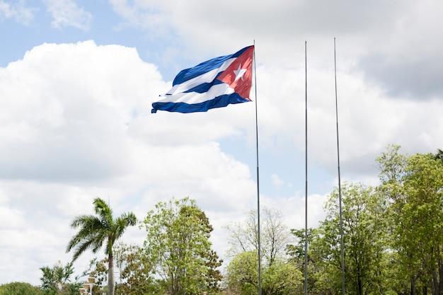 キューバの国旗を振ってのクローズアップ 無料写真