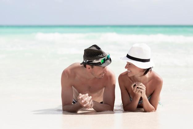 Пара крупным планом, глядя друг на друга на пляже Бесплатные Фотографии