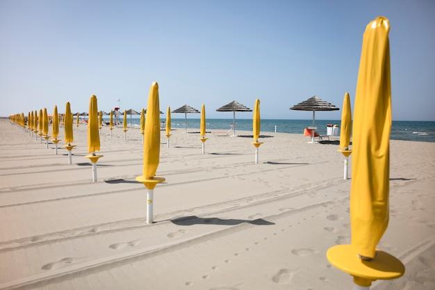 パラソルとリゾートのビーチのロングショット 無料写真