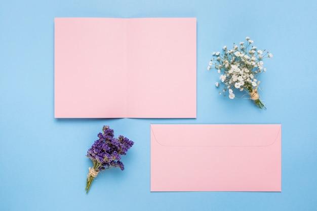 装飾用の花とピンクの結婚式の招待状 無料写真