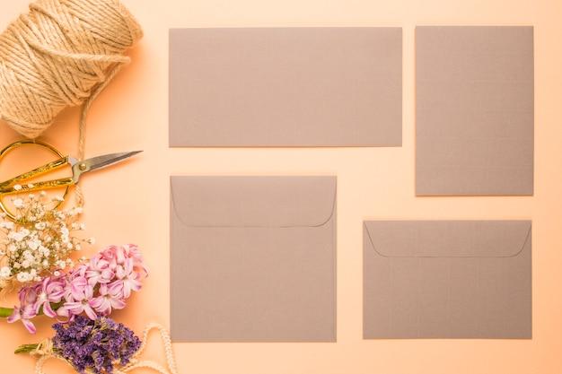 オレンジ色の背景とフラットレイアウト結婚式招待状 無料写真
