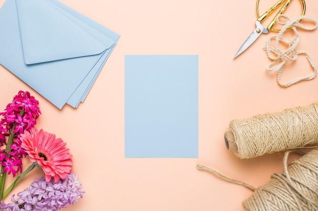 封筒とフラットレイアウトブルー結婚式招待状 無料写真
