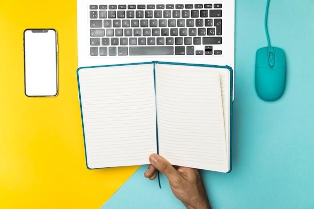 Концепция рабочего стола с открытой записной книжкой Бесплатные Фотографии