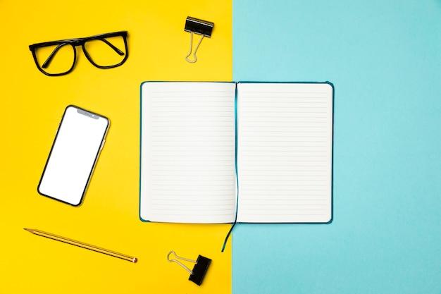 ノートブックを開くとフラットレイアウトデスクコンセプト 無料写真