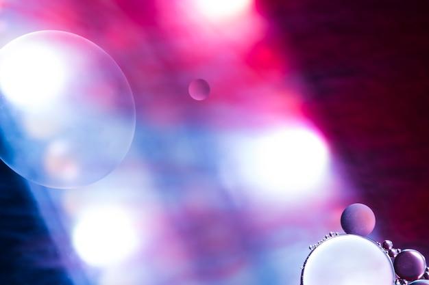 カラフルな背景にスポットライトの泡 無料写真