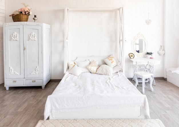 クラシックホワイトの広々としたベッドルーム 無料写真