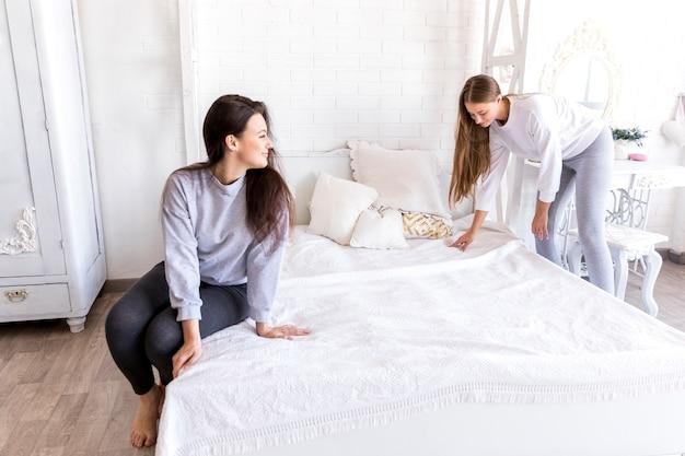 かなりのカップルがベッドを作る 無料写真