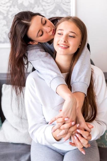 かわいいブルネットのキススマイリーブロンド 無料写真
