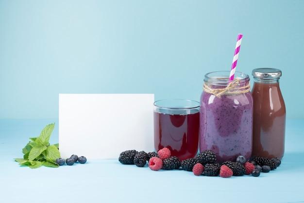おいしい紫色の果物とコピースペースを持つジュース 無料写真