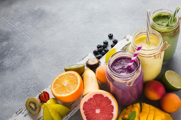 フルーツと健康的なスムージーの瓶 無料写真