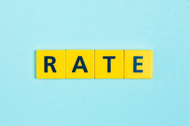 スクラブルタイル上の単語を評価する 無料写真
