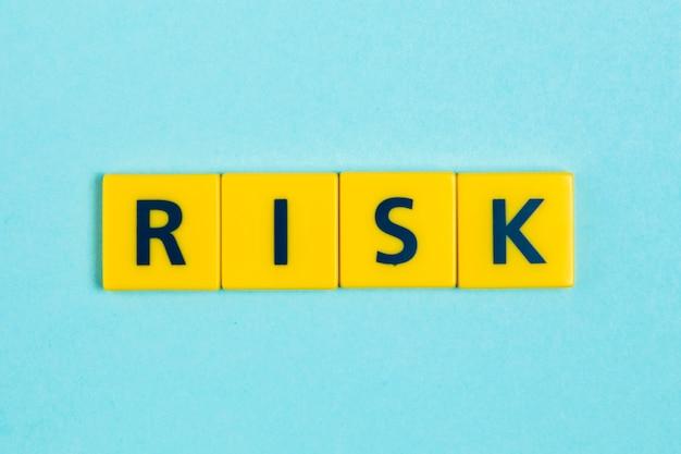 スクラブルタイル上のリスクワード 無料写真