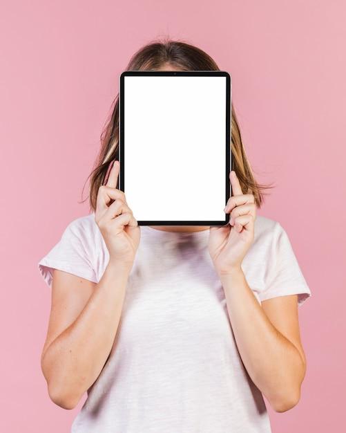 彼女の顔を覆っているミディアムショットの女の子 無料写真