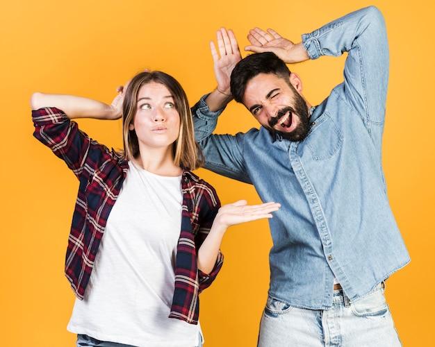 ミディアムショットのカップルは、しかめっ面を作る 無料写真