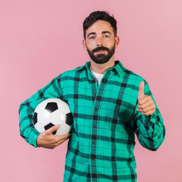 ミディアムショット男、サッカーボールを保持 無料写真