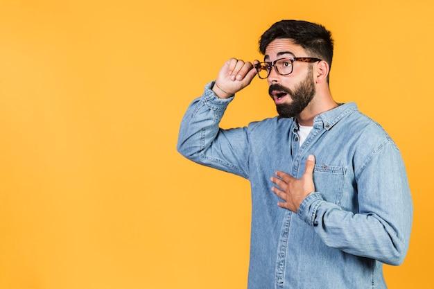 彼のメガネを持ってミディアムショットショックを受けた男 無料写真