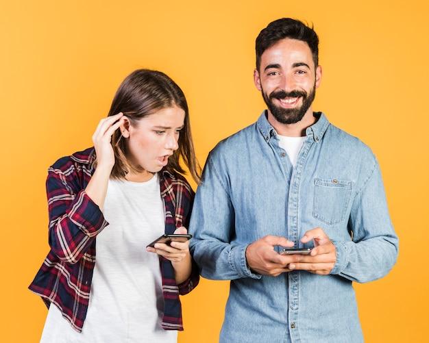 Средний снимок пара на своих телефонах Бесплатные Фотографии