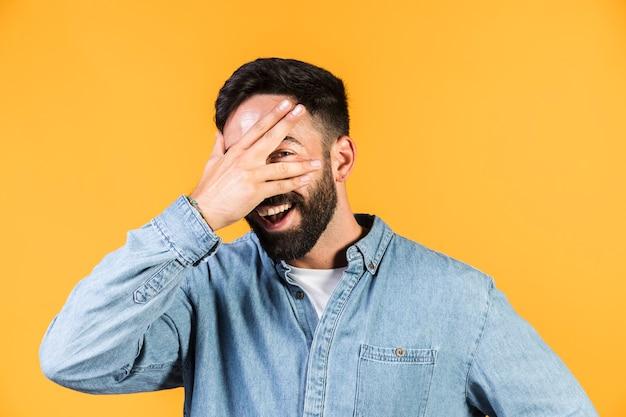 彼の目を覆っているミディアムショット男 無料写真