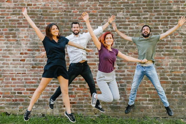 Группа веселых взрослых друзей, весело вместе Бесплатные Фотографии