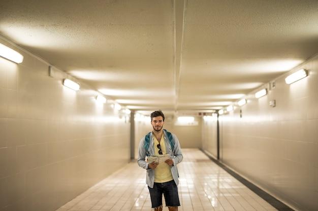 電車の駅で地下道を旅する人 無料写真