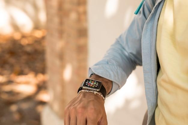 Съемка крупным планом человека, проверяющего его умные часы | Бесплатно Фото