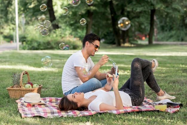 ピクニックで毛布で休む若者 無料写真