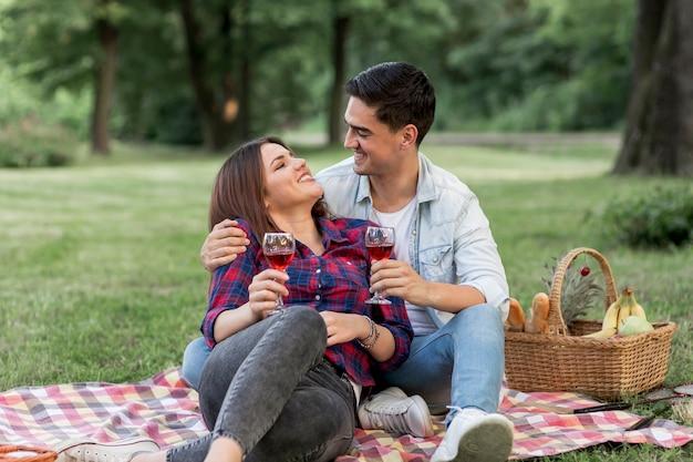 彼の腕の上に敷設しながら彼の男を見ている女性 無料写真