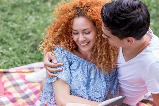 幸せな笑顔若いカップルが公園で寄り添う 無料写真