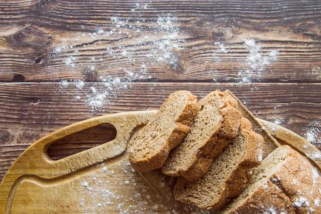 全粒小麦パンの木製テーブルトップビュー 無料写真