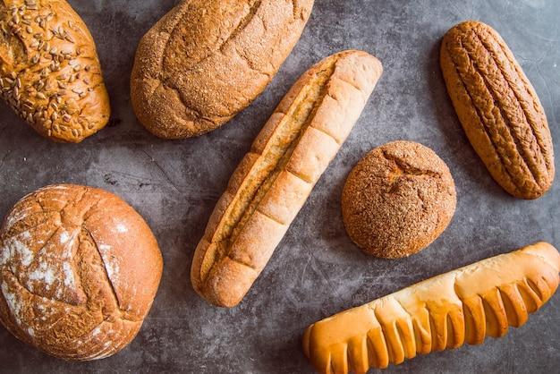 焼きたてのパンの盛り合わせトップビュー 無料写真