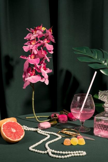 テーブルの上の乙女チックな静物アレンジ 無料写真
