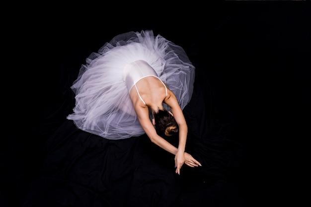 黒の背景に高角度のバレリーナ 無料写真