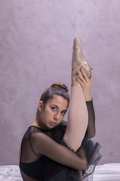 彼女の足を伸ばしてバレリーナを閉じる 無料写真