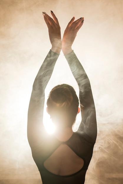 背面図バレリーナの煙でポーズをとる 無料写真