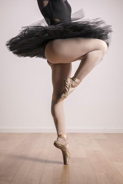 バレエシューズに立っているバレリーナを閉じる 無料写真