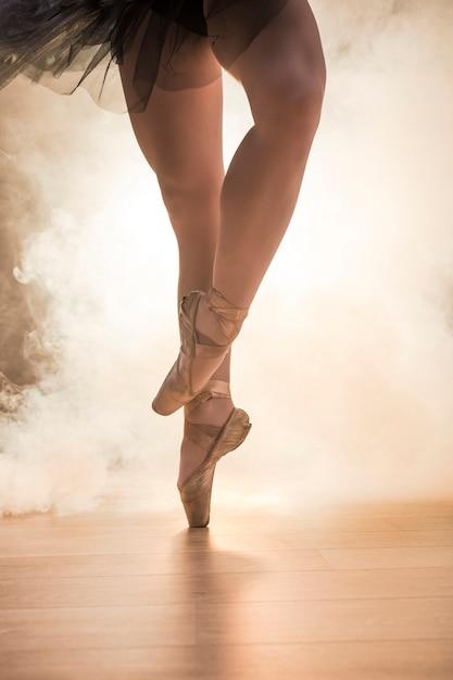 交差したバレリーナの足を閉じる 無料写真