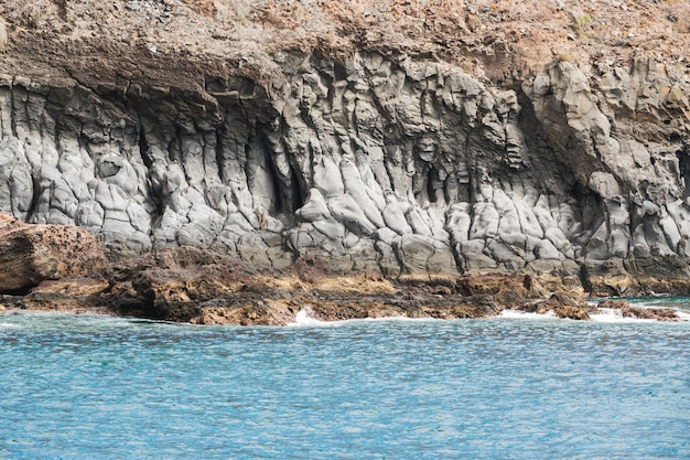 結晶水でロングショットの崖の海岸 無料写真