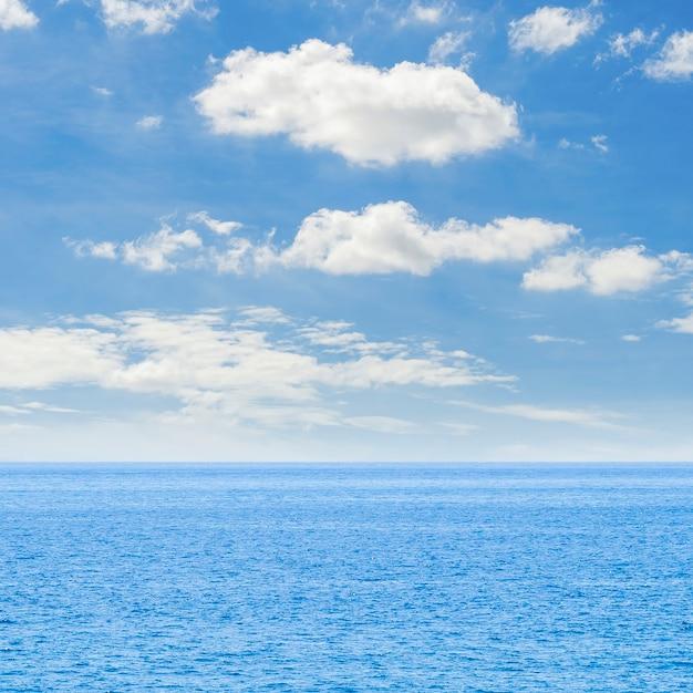 Длинный выстрел морского горизонта кристально чистого моря Бесплатные Фотографии